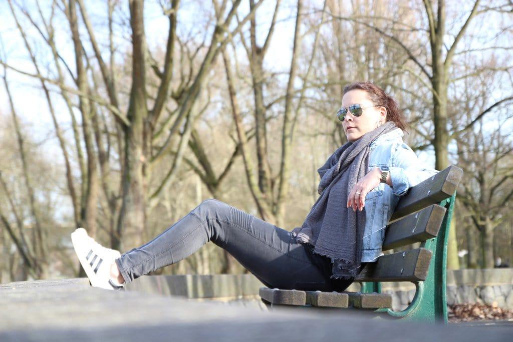 Miss Konfetti auf einer Bank im Park