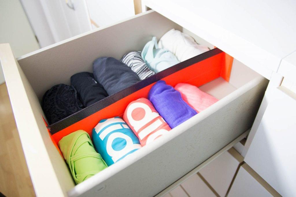 Kleiderschrank organisieren: Tops rollen in Schublade