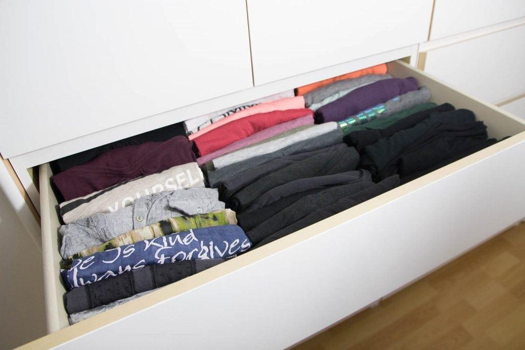 T-Shirts gefaltet und in einer Schublade hochkant aufbewahrt
