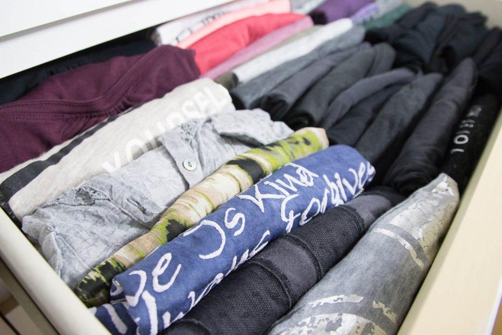 gefaltete T-Shirts in einer Schublade