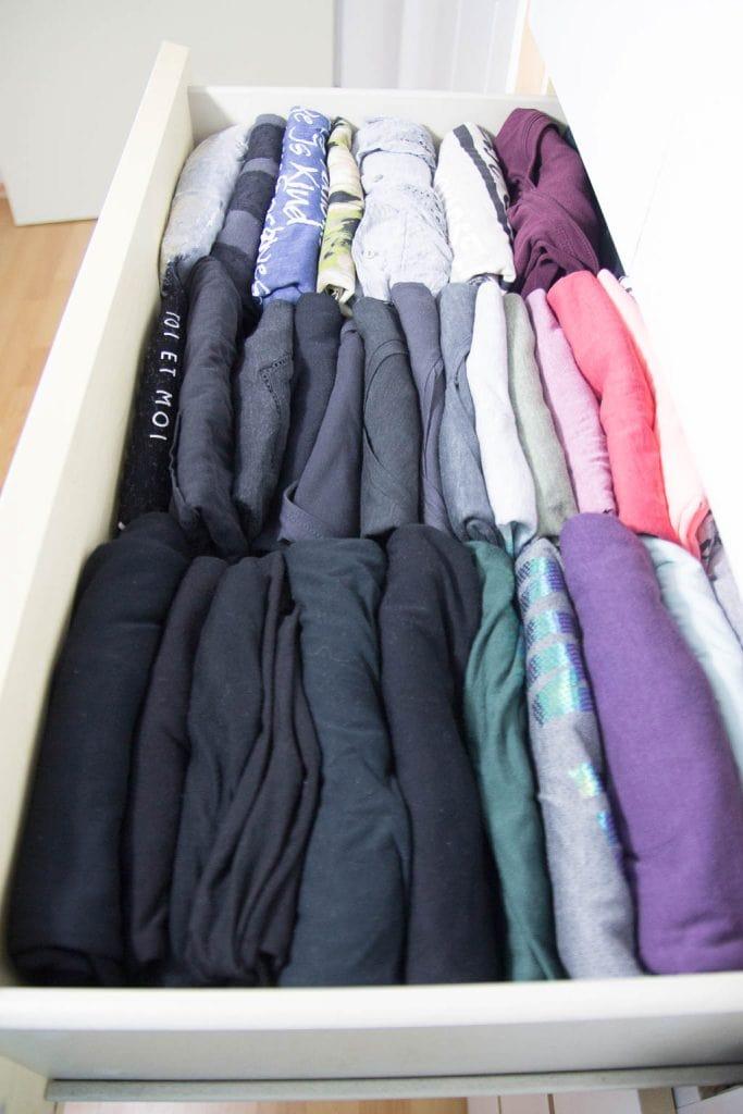 Kleiderschrank organisieren: T-Shirts falten