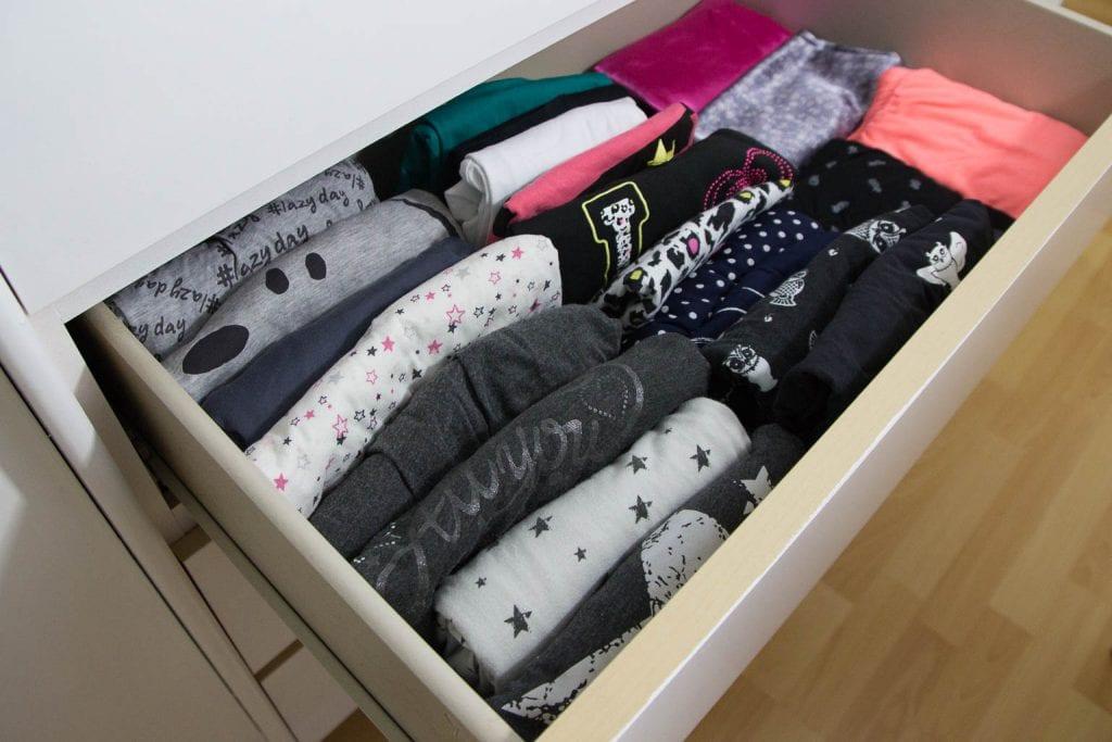 Pyjamas gefaltet in einer Schublade
